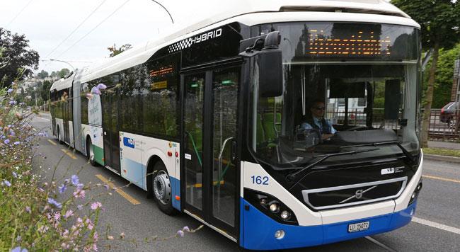 Världens första hybridledbuss med euro 6-motor går nu i trafik.Trots att det är en Volvo sker premiären i Schweiz.