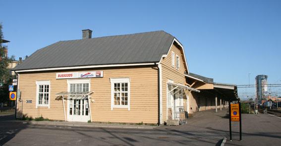 Den gamla byggnad som inrymmer Bussgods blir kvar men den långa magasinslängan bakom ska rivas och ge plats för expressbussar mm. Foto:Wikimedia Commons/LA2.