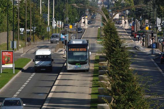 Det som tidigare var en flerfilig infartsled för bilar har blivit en väg där grönska och busstrafik har tagit över. Och bilisterna har valt bussen i stället. Foto: Nantes Métropole.