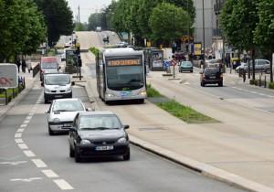 Bilarna har fått ge plats för bussen. För att hålla busskörfälten rena från bilarna är bussarnas körbana i betong och upphöjd över den övriga trafiken. Foto: Ulo Maasing.