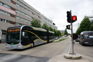 Bussarna har alltid fri väg. När en buss närmar sig en korsning tänds automatiskt rödljus som hindrar korsande och svängande biltrafik. Foto: Ulo Maasing.