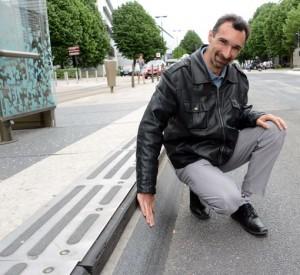 Plattformarna har kanter av polerad granit. Damien Garrigue från Nantes Métropole demonstrerar. Foto: Ulo Maasing.