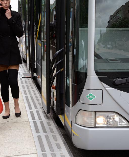 Bussgolvet är i nivå med plattformen. Vid det andra dörrparet framifrån skjuts automatiskt en platta ut när bussen stannar vid hållplats så att det ska bli ännu enklare att stiga på och av. Foto: Ulo Maasing.