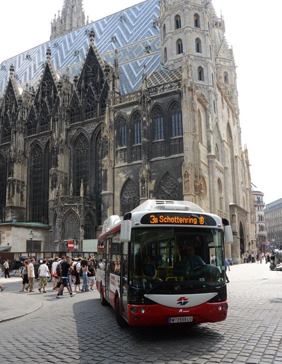 En av de nya elbussarna i Wien susar förbi Stefansdomen – men bussen är tyst. Bara turisternas sorl och klappret från hästhovar hörs. Foto: Ulo Maasing.