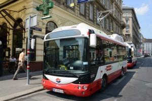 Vid ändhållplatserna laddas bussarna upp till 15 minuter, mest för att skona batterierna. Foto: Ulo Maasing.