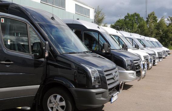 Färdtjänstbussar på rad. Foto: Ulo Maasing.