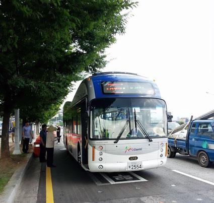 Kablar under asfalten behövs endast längs 5 - 15 procent av linjen. Strömmen är endast påslagen när en elbuss befinner sig ovanför kablarna. Foto: KAIST.