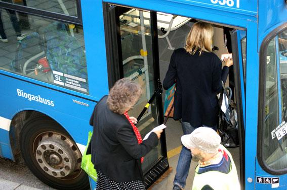 Kollektivtrafiken tappar många nya  resenärer på grund av svårbegripliga och dåliga betalsystem. Foto: SL.