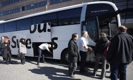 Resenärer med Swebus kan nu köpa genomgående biljett till Arlanda, trots att Swebus lägger ner sin linje Stockholm – Arlanda. Istället börjar man samarbeta med Flygbussarna. Foto: Swebus.