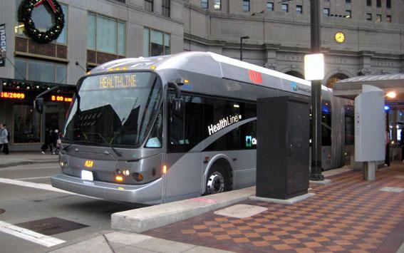 BRT-system genererar mer utveckling per satsad dollar än vad spårvägar gör, enligt en ny forskningsrapport. I Cleveland, Ohio, har BRT-linjen Healthline lett till investeringar i utveckling på 114 dollar för varje dollar som satsats på kollektivtrafiken. Foto: Center for Neighborhood Technology.