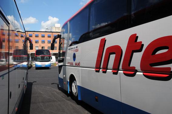 Strömma Buss misstänker sabotage mot bussar som man använder i ersättningstrafik för Saltsjöbanan. Nu sätter man in extra bevakning på sin anläggning i Frihamnen, Stockholm. Foto: Ulo Maasing.