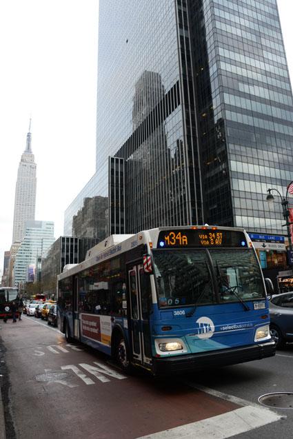 Allt är inte BRT som kallas det. New Yorks M34 kallas ibland för BRT, men är döpt till Select. I själva verket handlar det om en stombusslinje som tar sig fram på Manhattan med blinkande blåljus. Foto: Ulo Maasing.