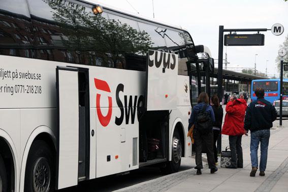 En av Swebus´ expressbussar vid Örebro C. Trafiken via Örebro berörs delvis av Swebus´ samarbete med Tågab. Foto: Ulo Maasing.