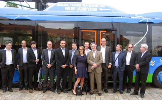 Volvo får nu besök av många internationella delegationer som är intresserade av företagets laddhybridbuss. Den här delegationen från Qubec, Kanada, besökte nyligen Göteborg. Foto: Volvo Bussar.