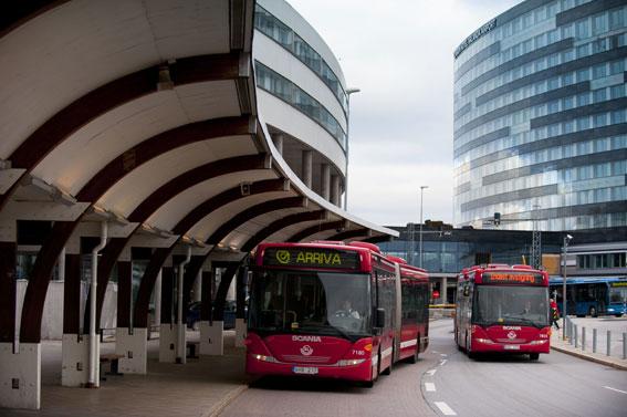 Arrivabussar vid Arlanda flygplats. Arrivas trafikstart i norra Storstockholm blev ett praktfullt fiasko och företaget förlorar av allt att döma stora pengar på trafiken. Foto: Bartlomiej Banaszak.