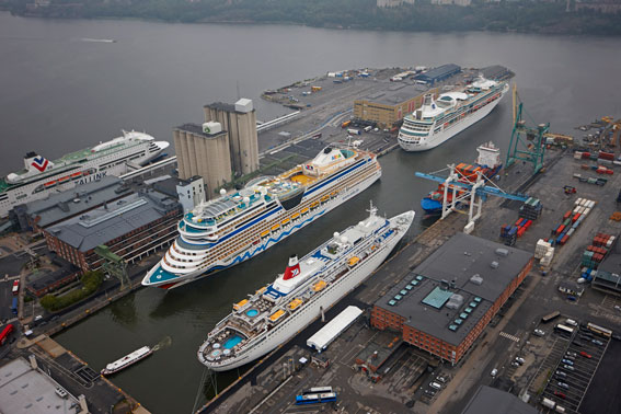 Kryssningsfartyg i Värtahamnen, Stockholm. Foto: Per-Anders Adamsson.