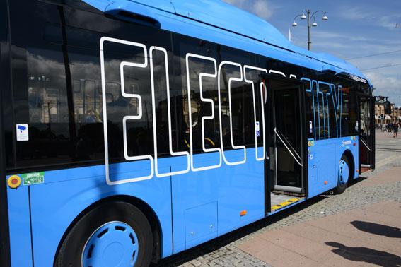 Eldrivna bussar, både helelektriska och pluginhybrider som Volvobussen på bilden, bör befrias från energiskatt, anser BR. Foto: Ulo Maasing.