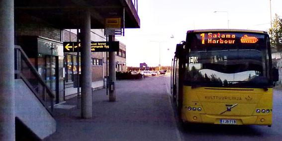 Finland är på väg att få ett riksomfattande betalsystem i kollektivtrafiken. Bilden visar en stadsbuss vid Åbo flygplats. Foto: Wikimedia Commons/jarteq.