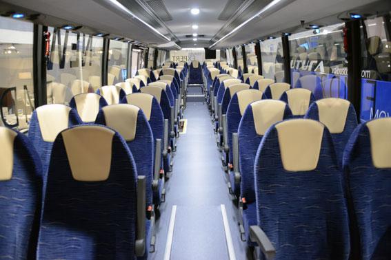 Interiören i den Futura FMD2 som visas i Kortrijk. Stolsavståndet i de bussar som Byberg&Nordin har beställt är på flertalet platser 800 mm, uppger Tomas Byberg för bussmagasinet.se. Foto: Ulo Maasing.