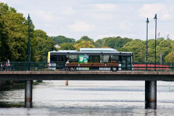 När Skånetrafiken minskar tågtrafiken i Skåne blir det dyrare att ta bussen i Halmstad. Foto: Thobias Ligneman, Arriva.