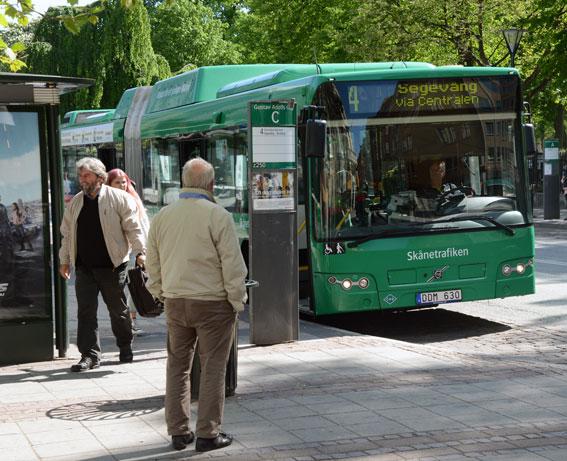 Istället för att sjlv söka information kan skåningarna automatiskt få info om bussen är sen. Foto: Ulo Maasing.