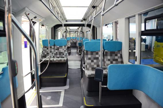 Inredningen i bussarna matchar exteriörens färgsättning. Foto: Ulo Maasing.