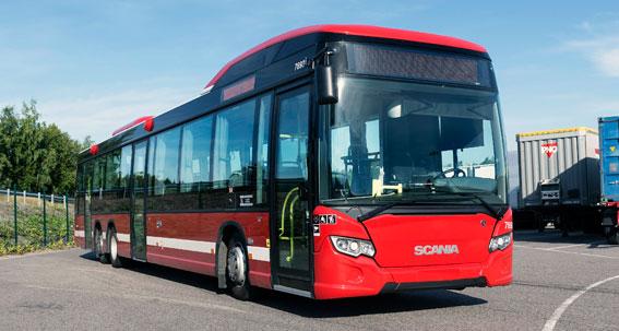 Nu rullar Scanias första egenutvecklade hybridbuss i reguljär trafik i ett fältprov i Södertälje. Foto: Kjell Olausson.