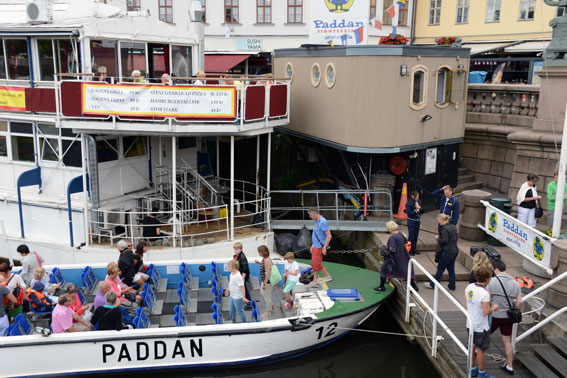 Turister går ombord på en av Paddanbåtarna i Göteborg, en del av Strömma Turism & Sjöfart. Foto: Ulo Maasing.