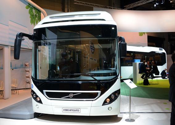 Volvo räknar med att fortsätta att stärka sin ställning på den globala hybridbussmarknaden, bland annat genom sin hybridledbuss som man visade nyligen på Busworld i Kortrijk. Foto: Ulo Maasing.