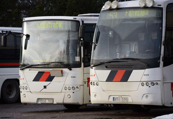 Destinationsskylten på den högra bussen illustrerar förmodligen utvecklingen i Dalarna. Foto: Ulo Maasing.