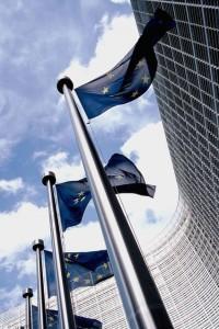 EU-flaggor utanför Kommissionens högkvarter i Bryssel. Foto: Xavier Häpe/Wikimedia Commons.