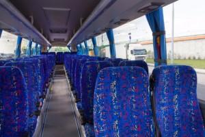 Inredningen är enklare än på turistbussar med bland annat öppna hatthyllor. Foto: Scania.