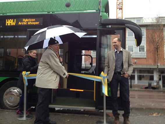 Umeås kommunalråd Lennart Holmlund(S) och Hybricons vd Jonas Hansson invigde den nya elbussen i Umeå med traditionell bandklippning.