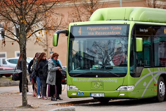 Det blir dyrare att åka buss i Kronoberg från den 15 december. Men billigare att ta tåget. Foto: Länstrafiken Kronoberg.