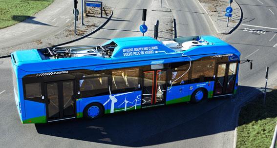 Breänslebesparingarna är större än väntat för Volvos laddhybridbussar. Foto: Volvo.