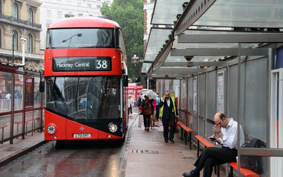 Londonpolitiker efterlyser an plan för att utveckla busstrafiken. Linje 38 är Londons femte mest belastade busslinje med 37000 dagliga resenärer, en ökning med 29 procent de senaste tio åren. Foto: Ulo Maasing.