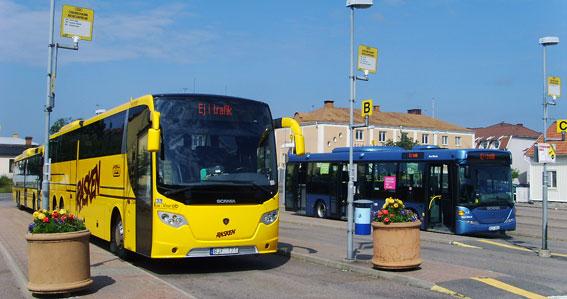 Busstationen i Oskarshamn. Både Oskarshamn och Västervik får snart ny stadsbusstrafik. Foto: Västgöten/Wikimedia Commons.