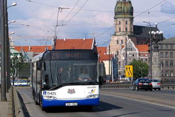 En Solaris trådbuss i trafik i Lettlands huvudstad Riga. Foto: Solaris.