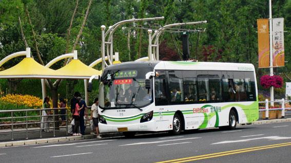 En elbuss vid hållplats i Shanghai år 2010. Bussen är tillverkad av Sunwin, ett företag där Volvo Bussar är delägare. Foto: Volvo Bussar.