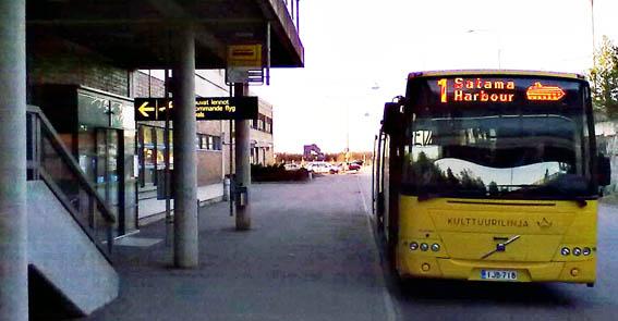 En av Åbos stadsbussar vid flygplatsen i Åbo. Stadens invånare är inte angelägna om att få spårväg som ersätter en del av stadsbusstrafiken. Foto: Jarteq/Wikimedia Commons.