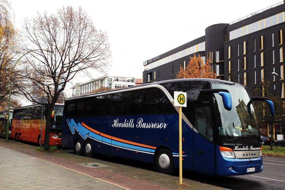 Turistbussar från Hovslätts Bussresor och Gruppresor AB parkerade i centrala Berlin i slutet av november. Foto: Ulo Maasing.
