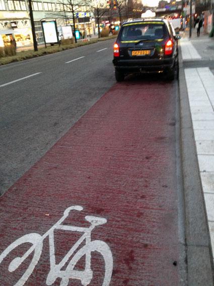 Utanför Centralen i Stockholm har cykelkörfältet förvandlats till taxistation där så kallade friåkare med skyhöga taxor väntar på kunder. Samtidigt som de blockerar cykelbanan slipper de betala angöringsavgift som de stora bolagen. Foto: Ulo Maasing.