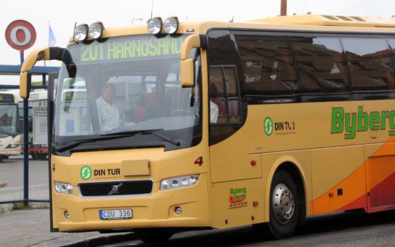 Alltför färggrant från sommaren. Då ska alla bussar som kör åt Din Tur i Västernorrland vara vita. Foto: Ulo Maasing.