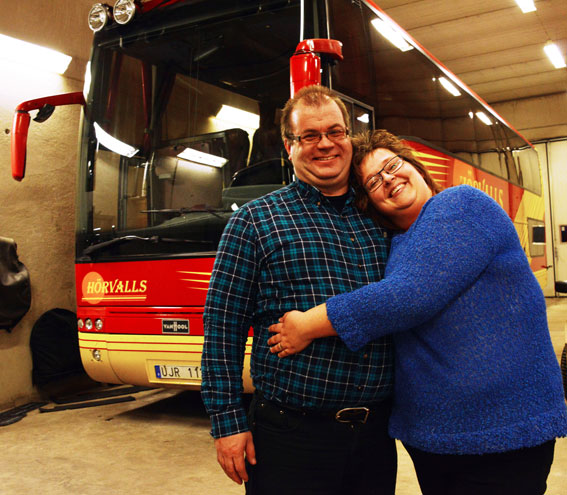 Petter och Veronica Hörvall driver tillsammans bussföretaget. De är också företagets hela administration. Foto: Ulo Maasing.