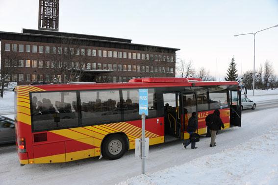 Försvinner. Både stadshuset och den här busshållplatsen är dödsdömda när Kirunas centrum flyttas. Det nya stadshuset byggs 300 meter från Hörvalls nuvarande anläggning. Foto: Ulo Maasing.