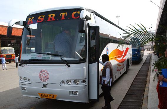 En Volvobuss i expresstrafik i Indien. Bussen på bilden har inget samband med de olyckor som omnämns i artikeln. Foto: Ulo Maasing.