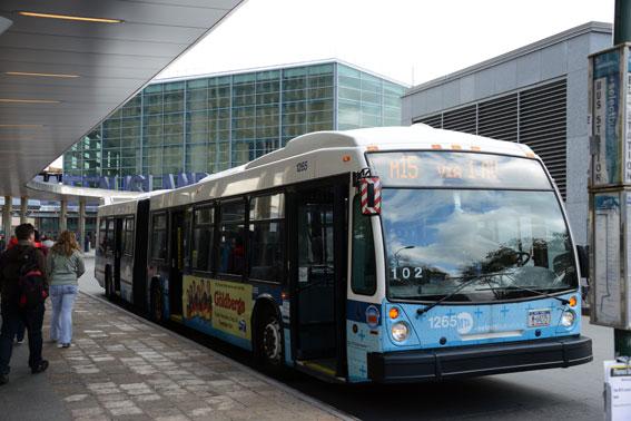 I New York kostar en bussbiljett knappt hälften av vad den kostar i Stockholm. Här en buss vid Staten Island Ferry på Manhattans sydspets. Foto: Ulo Maasing.