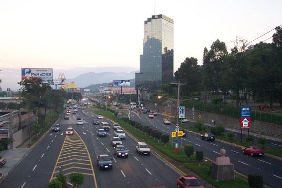 Stadsmotorväg i San Salvador. Foto lic via Wikimedia Commons.