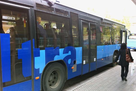 Antalet bussresor i Umeå har minskat men de betalda resorna har ökat. Foto: Ulo Maasing.