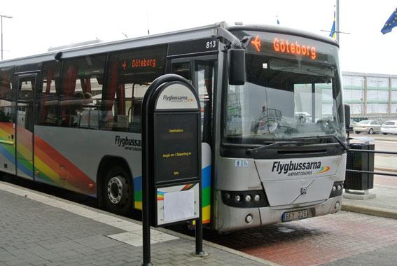 Flygbussarna till Landvetter är en av ytterst få kommersiella linjer som körs med stöd av den två år gamla kollektivtrafiklagen. Nu hotar västsvenska politiker trafiken. Foto: Ulo Maasing.